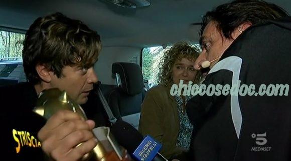 """""""STRISCIA LA NOTIZIA"""" - Valerio Staffelli attapira Riccardo Scamarcio per le dichiarazioni della ex Valeria Golino, con lui in macchina.."""