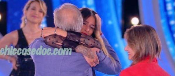 """""""GF 16"""" - Erica Piamonte, fuori per prima dalla finalissima, riceve l'abbraccio dei genitori.."""