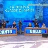 """""""AMICI 19"""": LA CLASSE QUASI AL COMPLETO, CON I DUE BANCHI DI CANTO E BALLO RIMASTI IN BILICO. E L'ESORDIO, DIETRO LA CATTEDRA DEI PROFESSORI, DI ANNA PETTINELLI.."""