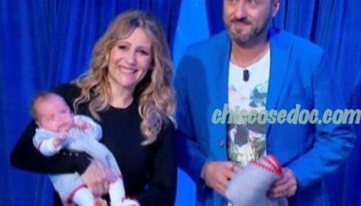 """U&D - Nel """"Trono Over"""", Sossio Aruta ed Ursula Bennardo in studio con la figlioletta Bianca.."""