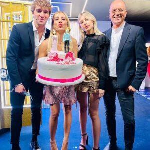 """<b>""""GRANDE FRATELLO VIP 4"""" - Paolo Ciavarro e la fidanzata Clizia Incorvaia nel dietro le quinte di """"Domenica Live"""" con il padre e la sorella di lei..  Fonte: Instagram </b>"""