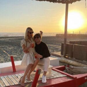 """<b>""""GRANDE FRATELLO VIP 4"""" - Paolo Ciavarro e la fidanzata Clizia Incorvaia di ritorno a Fregene per il mesiversario, con aperitivo in spiaggia al tramonto..  Fonte: Instagram</b>"""