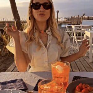 """<b>""""GRANDE FRATELLO VIP 4"""" - Paolo Ciavarro e la fidanzata Clizia Incorvaia di ritorno a Fregene per il mesiversario, con aperitivo in spiaggia al tramonto..  Fonte: Instagram Stories</b>"""