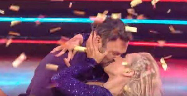 """BRIAN AUSTIN GREEN, CONCORRENTE A """"DANCING WITH THE STARS"""", NELL'ESIBIZIONE D'ESORDIO AL BACIO CON LA COMPAGNA DI VITA E DI PISTA SHARNA BURGESS.."""
